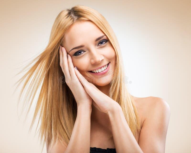 Bella donna bionda con le mani di fronte a fotografia stock immagine di adulto modello 50931486 - Le finestre di fronte ...