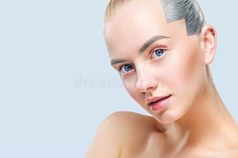 Bella donna bionda con pelle ed il fronte perfetti Isolato su fondo blu fotografia stock libera da diritti