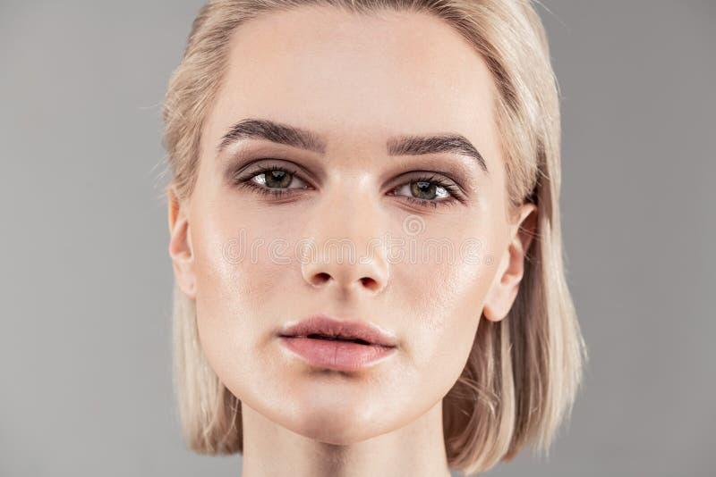 Bella donna bionda dai capelli corti con la grande condizione della pelle immagini stock libere da diritti