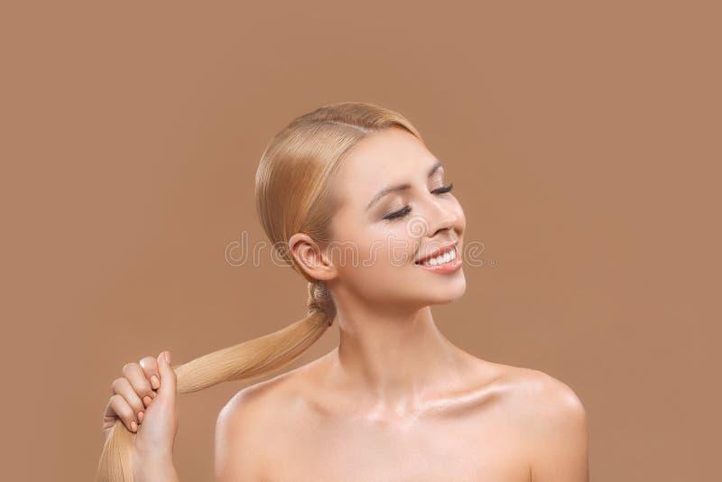 bella donna bionda nuda con capelli lunghi e gli occhi chiusi, immagini stock libere da diritti
