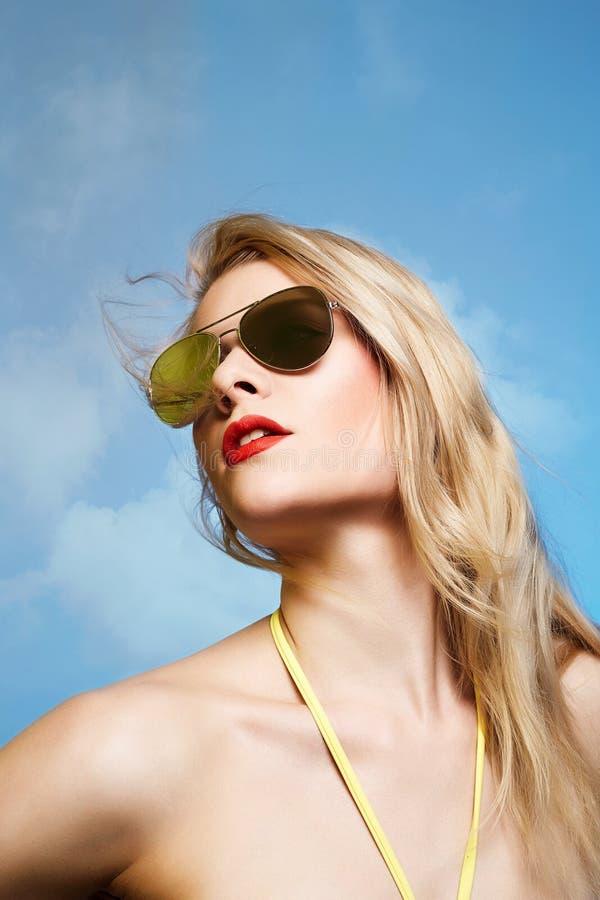 Bella donna bionda in occhiali da sole fotografia stock