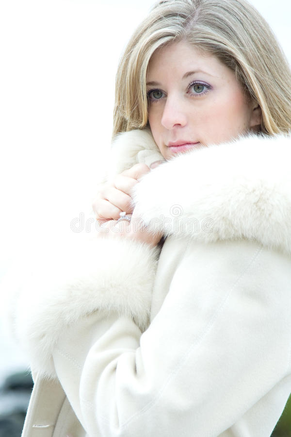 Bella donna bionda in pelliccia bianca immagini stock libere da diritti