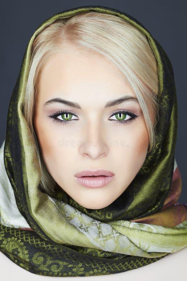 Bella donna bionda in sciarpa Ragazza di bellezza di inverno Stile russo classico fotografia stock