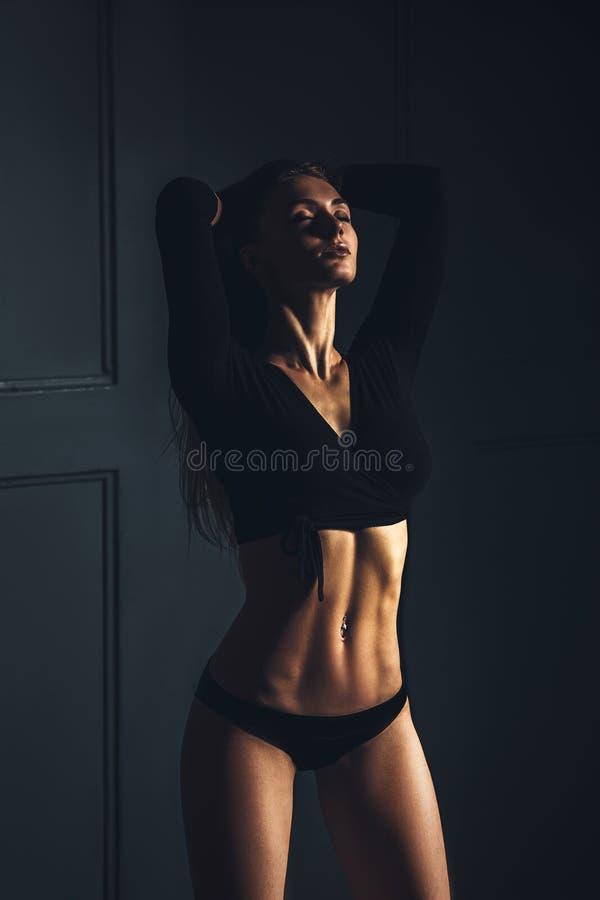 Bella donna bionda Sensualy che posa sul fondo scuro fotografia stock libera da diritti