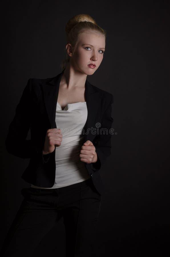 Bella donna bionda in un vestito severo immagini stock