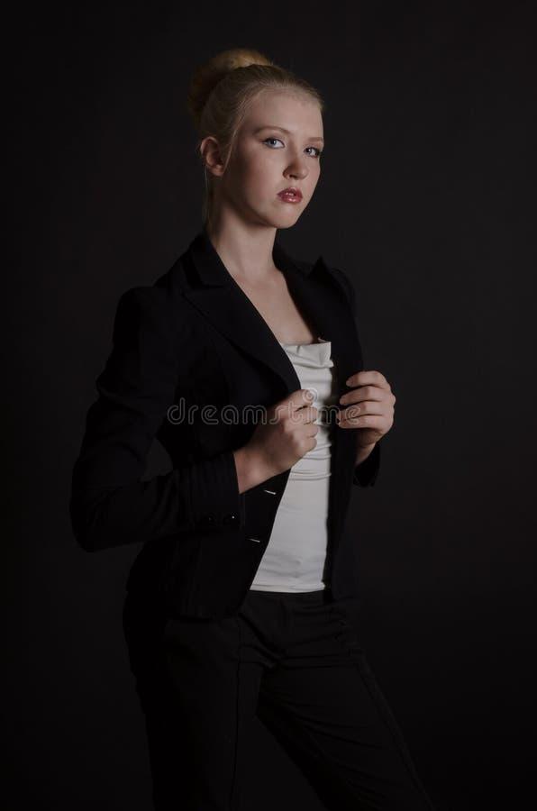 Bella donna bionda in un vestito severo fotografie stock libere da diritti