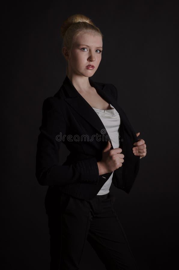 Bella donna bionda in un vestito severo fotografia stock