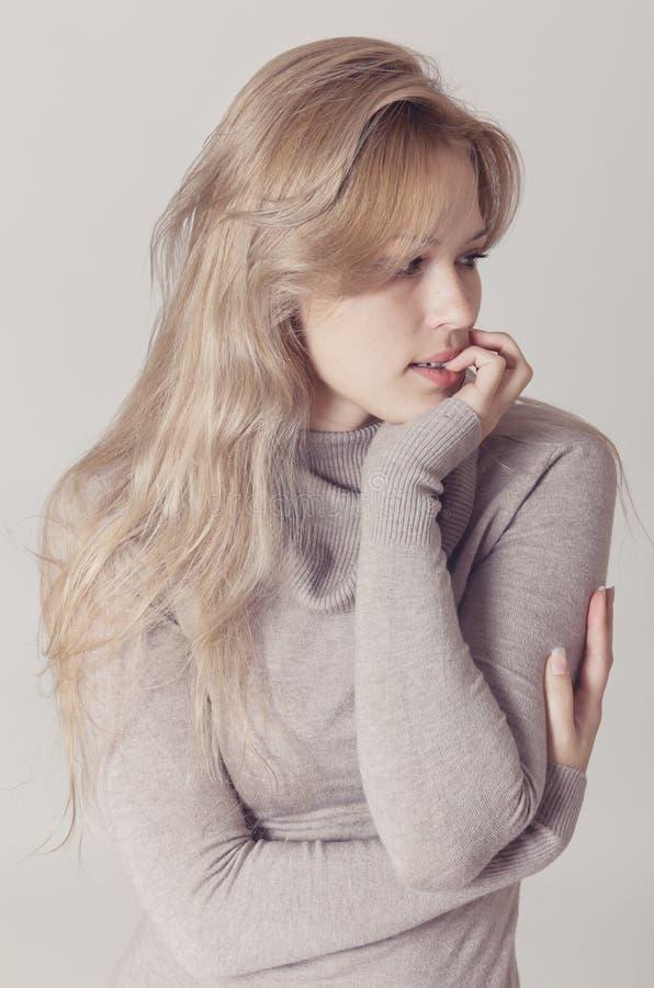 Bella donna bionda in vestito beige immagine stock