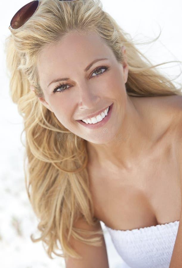 Bella donna bionda in vestito bianco fotografia stock libera da diritti