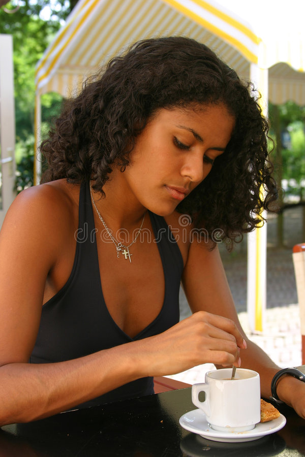 Bella donna brasiliana che mangia un caffè fotografie stock libere da diritti