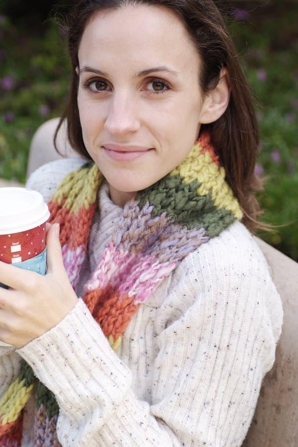 Bella donna in caffè della holding del maglione fotografia stock libera da diritti