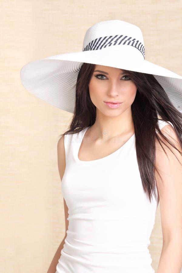 Bella donna in cappello bianco fotografia stock libera da diritti
