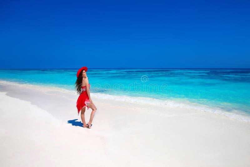 Bella donna in cappello che gode delle vacanze estive sulla spiaggia esotica immagini stock libere da diritti