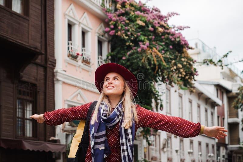 Bella donna in cappello e vestito che cammina in via di Costantinopoli, Turchia immagine stock libera da diritti