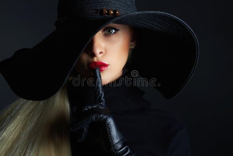 Bella donna in cappello ed in guanti di cuoio Retro ragazza del modello di moda Strega di Halloween fotografie stock libere da diritti