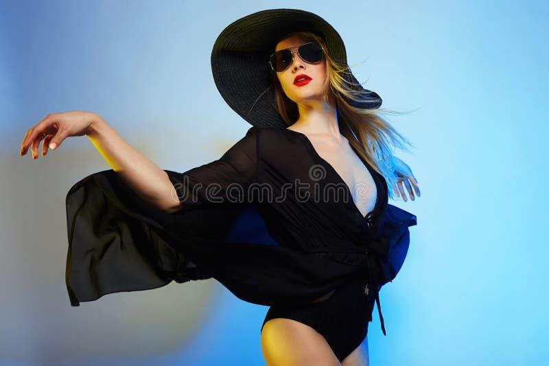 Bella donna in cappello ed occhiali da sole immagini stock