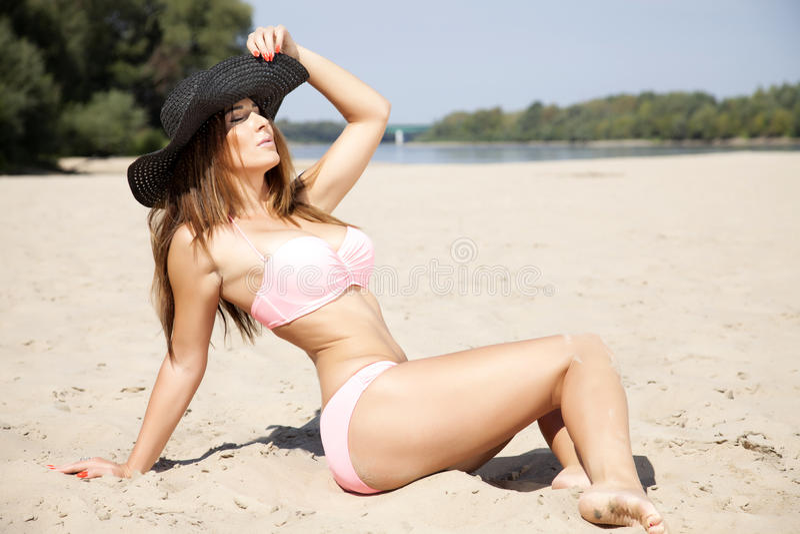 Bella donna castana in bikini rosa immagine stock libera da diritti