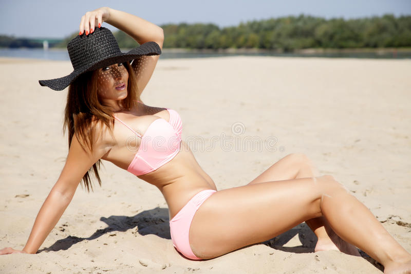 Bella donna castana in bikini rosa fotografia stock libera da diritti