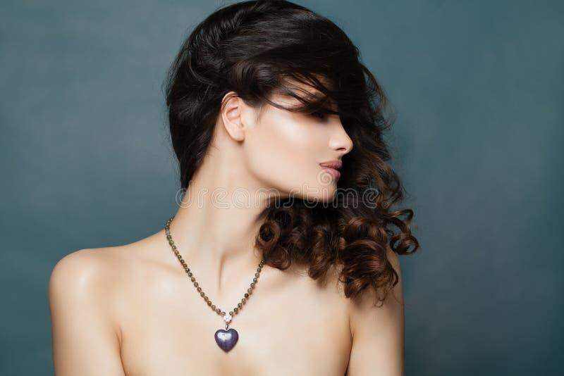 Bella donna castana in collana dei gioielli fotografia stock