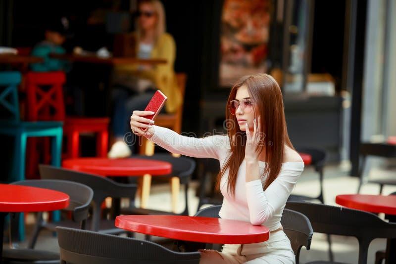 Bella donna castana fra le foglie di palma L'estate di bellezza compone la foto Castana attraente del selfie-ritratto del primo p immagini stock