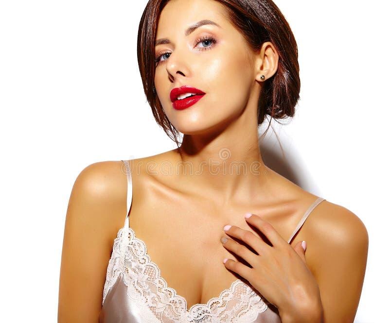 Bella donna castana sexy sveglia felice con le labbra rosse in biancheria dei pigiami su fondo bianco fotografie stock