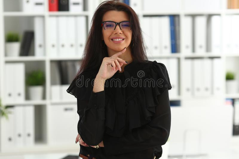 Bella donna castana sorridente in ufficio fotografie stock