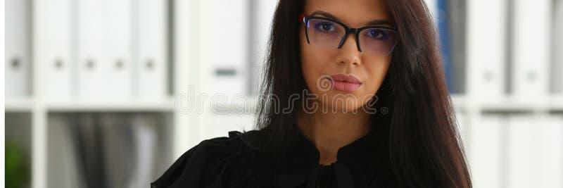 Bella donna castana sorridente in ufficio immagine stock