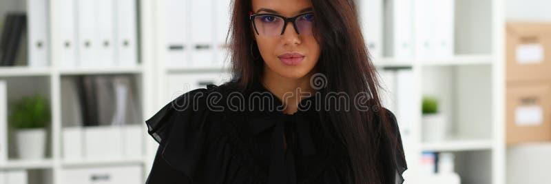 Bella donna castana sorridente in ufficio fotografia stock