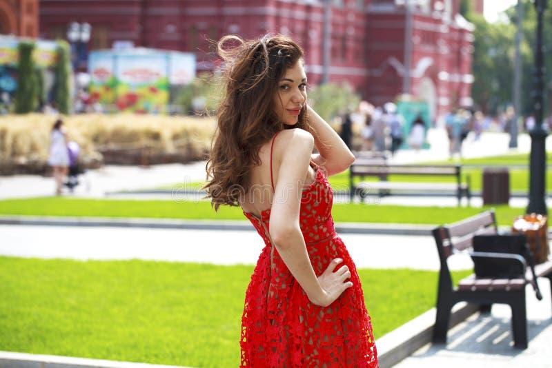 Bella donna castana in vestito rosso sexy fotografia stock libera da diritti