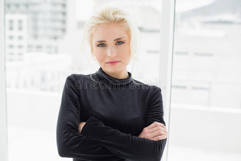 Bella donna casuale nel nero con le mani piegate fotografie stock libere da diritti