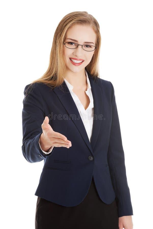 Bella donna caucasica di affari che dà una mano. immagine stock libera da diritti