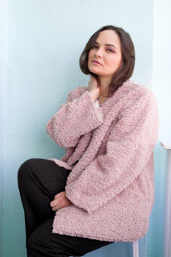 bella donna caucasica in pelliccia affascinante che posa nello studio fotografia stock