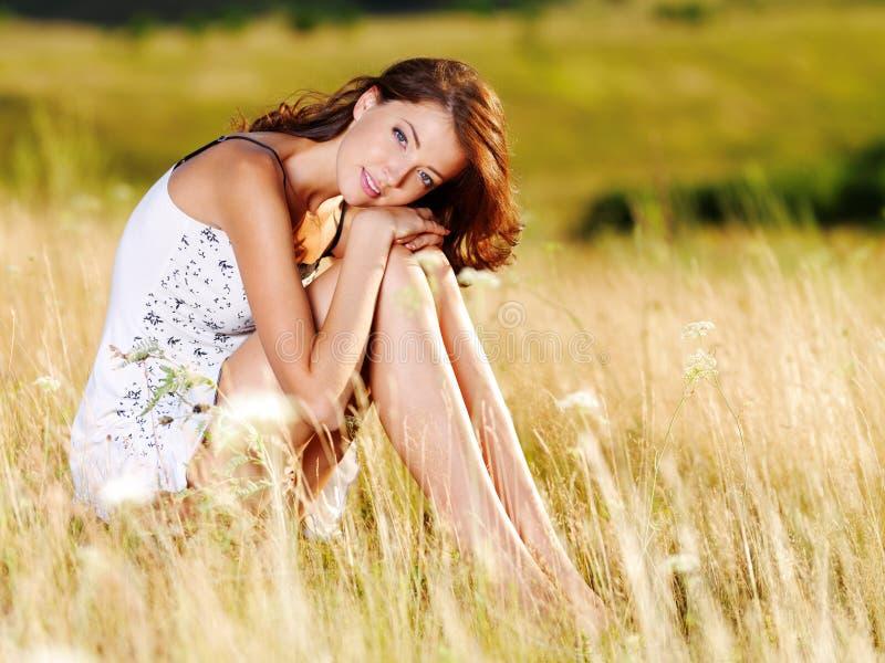 Bella donna caucasica sexy sul prato fotografie stock libere da diritti