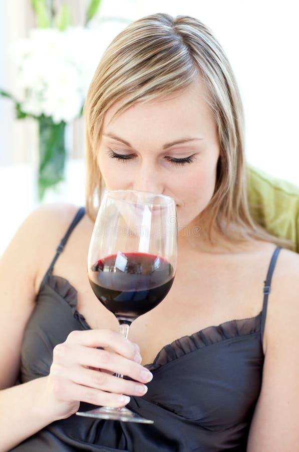 Bella donna che beve vino rosso fotografia stock libera da diritti