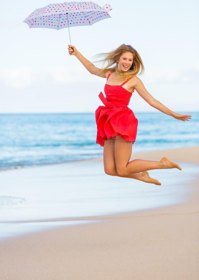 Bella donna che cammina sulla spiaggia tropicale fotografia stock