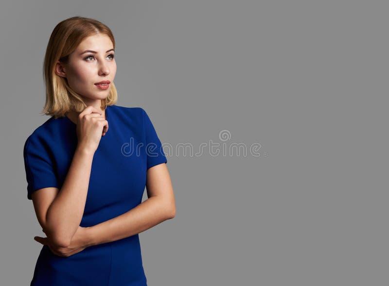 Bella donna che cerca e che pensa fotografia stock libera da diritti