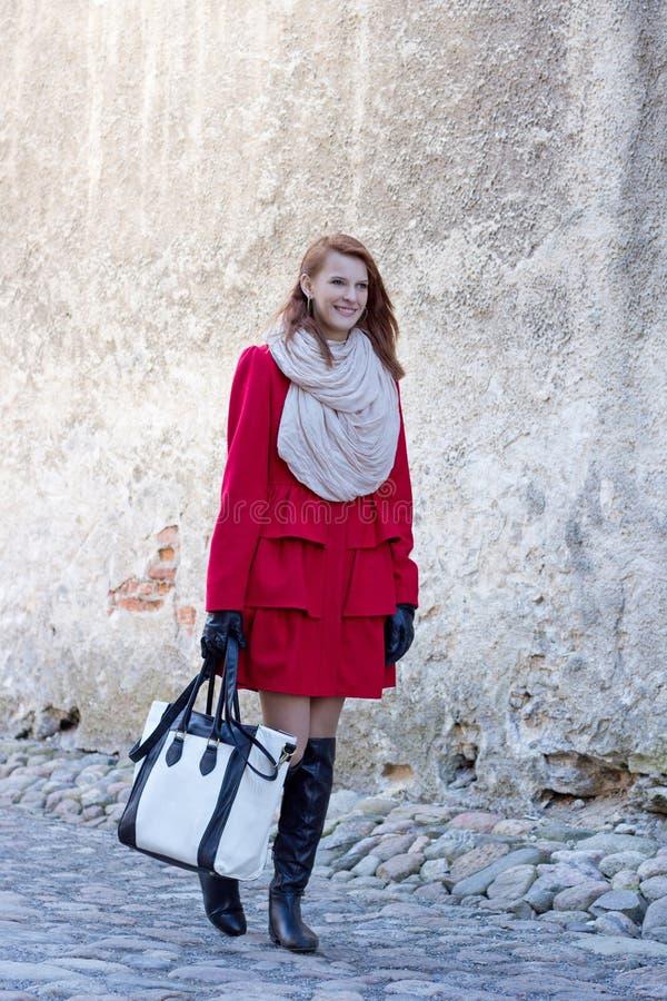 Download Bella Donna Che Controlla Vecchia Parete A Tallinn Fotografia Stock - Immagine di estonia, medioevale: 30832160
