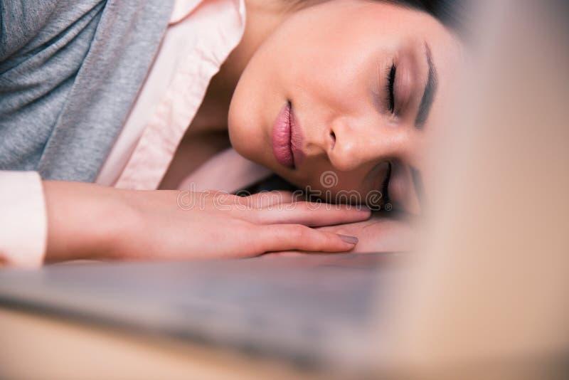 Bella donna che dorme sulla tavola immagine stock