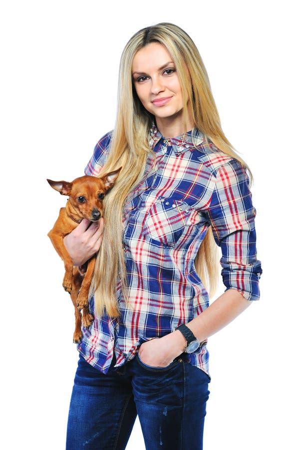 Bella donna che giudica la sua piccola posa del cucciolo isolata su briciolo fotografie stock