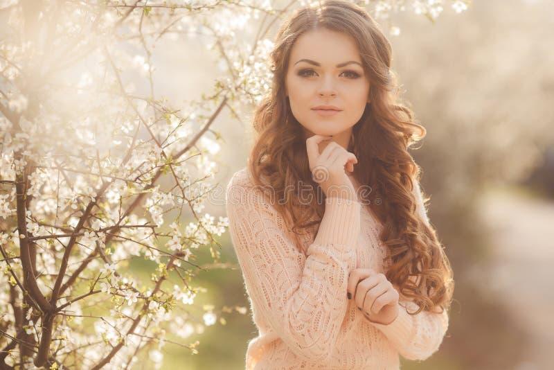 Bella donna che gode all'aperto, femmina piacevole. fotografia stock