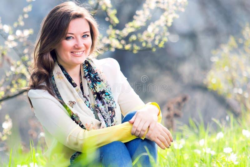 Bella donna che gode del campo della margherita, riposarsi femminile piacevole dentro fotografie stock libere da diritti