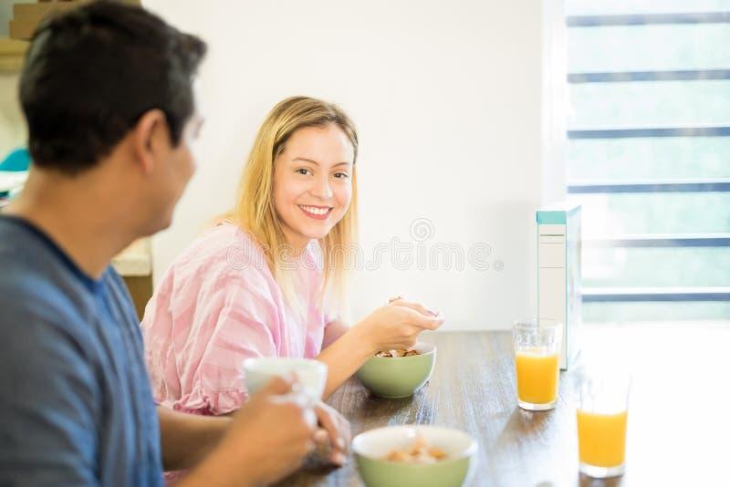 Bella donna che gode della prima colazione con il suo ragazzo fotografia stock libera da diritti