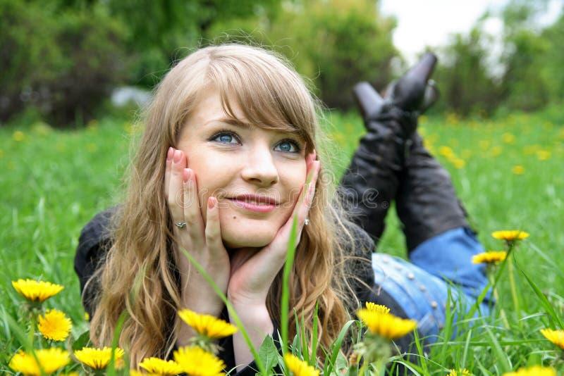 Bella donna che gode di The Sun nella sosta fotografie stock libere da diritti