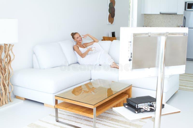 Bella Donna Che Guarda TV In Dell Interno Domestico Immagine Stock