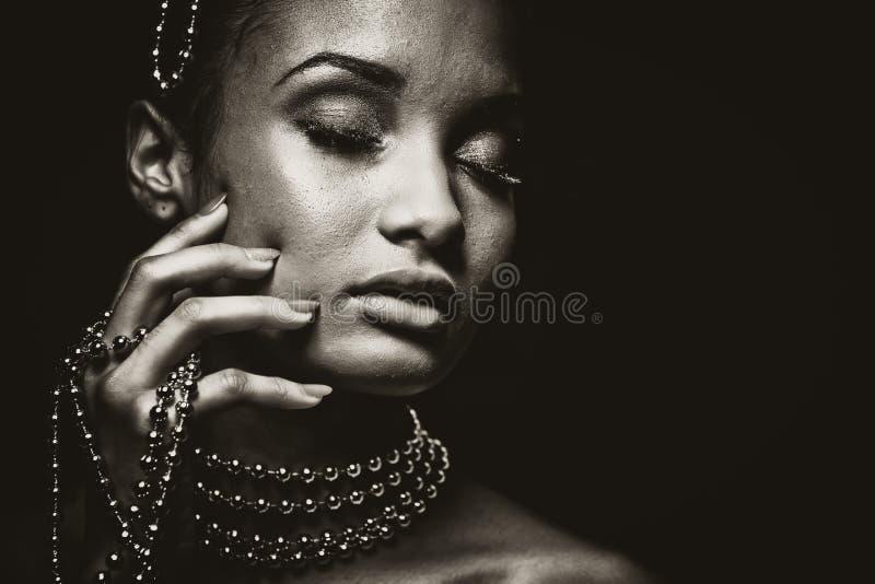 Bella donna che indossa la foto a catena dei gioielli in bianco e nero immagini stock libere da diritti