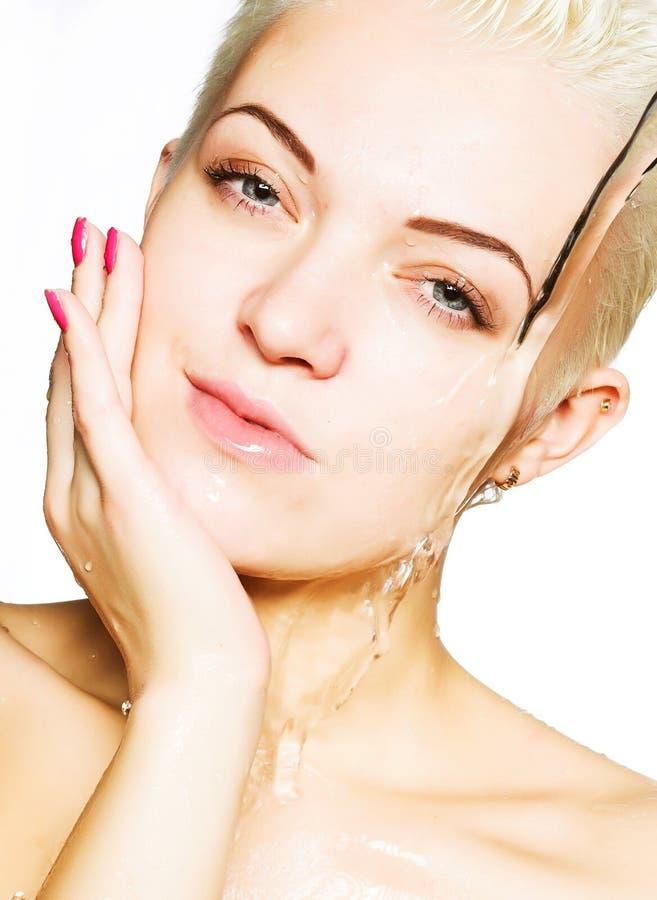 Bella donna che lava il suo fronte fotografie stock libere da diritti