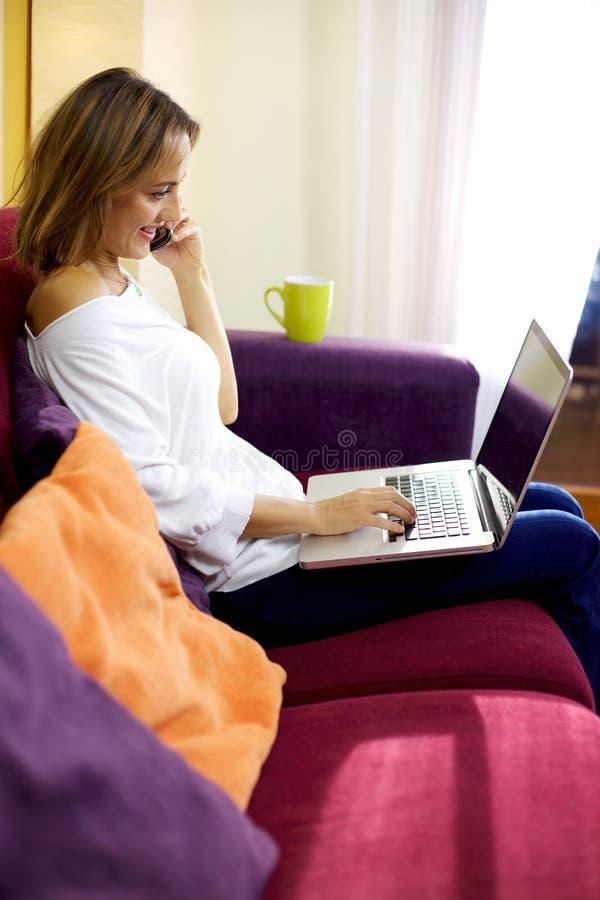 Bella Donna Che Lavora Con Il Pc Mentre Sul Telefono ...