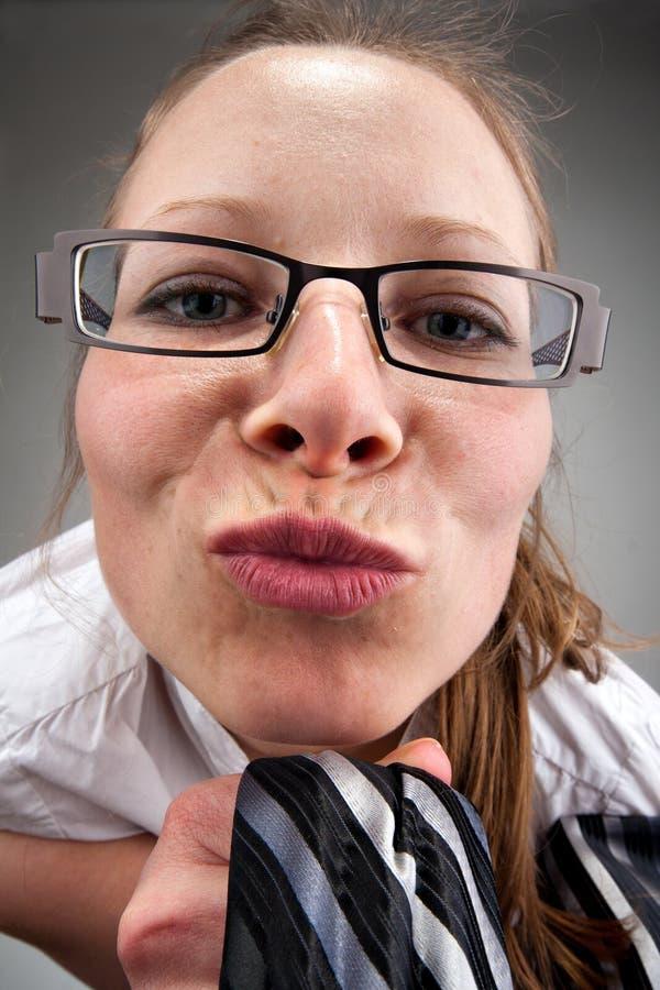 Bella donna che lo bacia immagine stock