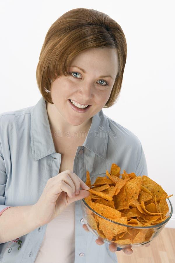 Bella donna che mangia i nacho fotografie stock