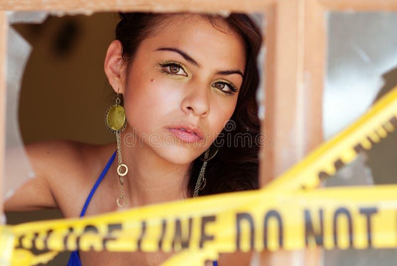 Bella donna che osserva attraverso la finestra fotografie stock